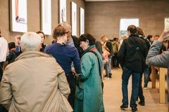 Берлин, 2-ое октября 2017: представление iPhone 8 и iPhone 8 добавочного и продаж новых продуктов Яблока в должностном лице Стоковые Изображения RF