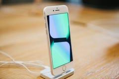 Берлин, 2-ое октября 2017: представление iPhone 8 и iPhone 8 добавочного и продаж новых продуктов Яблока в должностном лице Стоковое Фото