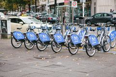 Берлин, 2-ое октября 2017: Рента велосипеда Количество велосипедов стоит на автостоянке велосипеда в Берлине против фона  Стоковые Изображения