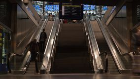 БЕРЛИН - 16-ОЕ СЕНТЯБРЯ: Timelapse сняло интерьера центральной станции Берлина, 16-ое сентября 2017 в Берлине, Германии видеоматериал