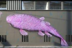 БЕРЛИН, GERMANY/EUROPE - 15-ОЕ СЕНТЯБРЯ: Настенная роспись рыб в улице i Стоковые Изображения