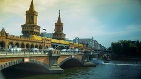 Берлин, Германия: Желтое метро на известном мосте Oberbaum Стоковая Фотография