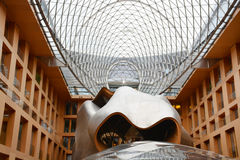 Берлин, Германия - 5-ое августа 2015: Здание банка DZ Pariser Platz 3, Mitte, центральный Берлин 1998-2000 откровенных архитектор Стоковая Фотография
