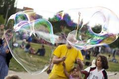 Делать пузыри мыла на Mauerpark Стоковая Фотография RF