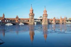Берлин - мост Oberbaum и блок льда на реке оживления Стоковые Изображения RF