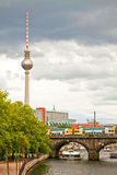Берлин, панорама от реки оживления с взглядом башни ТВ Стоковые Изображения RF