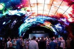 Берлин IFA справедливый: Толпы смотря ТВ Oled Стоковое фото RF