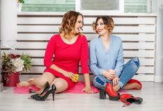 Беседа 2 девушек и комната отдыха Концепция образа жизни и fri Стоковое Фото