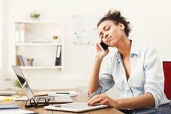 Беседа дела, разочарованная женщина говоря на телефоне на офисе Стоковая Фотография
