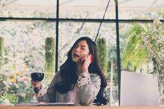 Беседа коммерсантки на умном телефоне на рабочем месте startup женщина wo Стоковое Фото