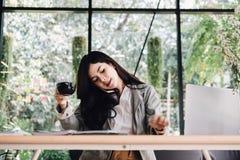 Беседа коммерсантки на умном телефоне на рабочем месте startup женщина wo Стоковое фото RF