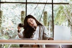 Беседа коммерсантки на умном телефоне на рабочем месте startup женщина wo Стоковая Фотография