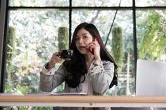 Беседа коммерсантки на умном телефоне на рабочем месте startup женщина wo Стоковые Изображения