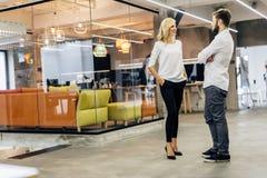 Беседа офиса между сотрудниками Стоковые Изображения RF