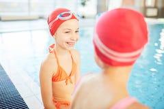Беседа плавательным бассеином стоковое фото