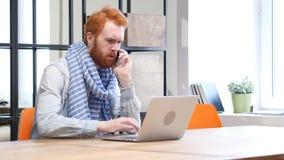 Беседа телефона дела и работа на компьтер-книжке Стоковое Фото