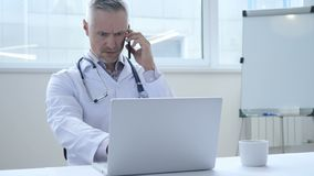 Беседа телефона доктором на работе