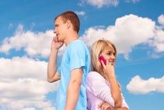 беседа телефонов пар клетки Стоковая Фотография