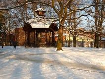 Беседка окруженная к зима стоковая фотография
