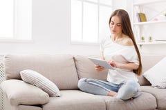 Беседовать девушки дома онлайн Стоковые Изображения