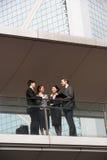 Беседовать 4 коллегаов дела внешний Стоковое Изображение RF