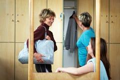 беседуя женщина раздевалки Стоковое фото RF