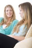беседуя подруги 1 Стоковое Фото