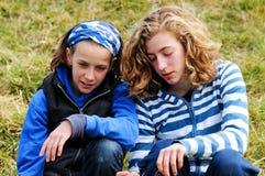 беседуя подруги outdoors Стоковые Фотографии RF