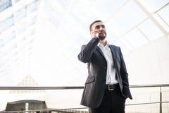 Беседа бизнесмена на телефоне в большом офисе Стоковые Изображения