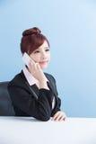 Беседа бизнес-леди на телефоне стоковые фотографии rf