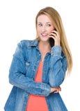 Беседа женщины к мобильному телефону Стоковое Изображение