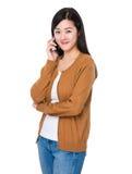 Беседа женщины к мобильному телефону Стоковое Фото