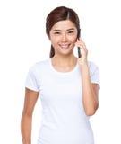 Беседа женщины к сотовому телефону Стоковое Изображение