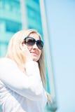 Беседа женщины телефоном напольным Стоковое фото RF
