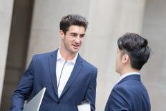 Беседа и прогулка бизнесмена Стоковое Изображение