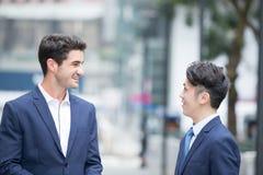 Беседа и прогулка бизнесмена Стоковое фото RF