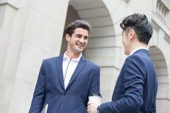 Беседа и прогулка бизнесмена Стоковая Фотография RF