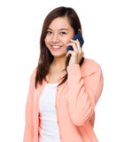 беседа мобильного телефона к женщине Стоковые Фотографии RF