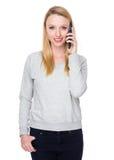 беседа мобильного телефона к женщине Стоковая Фотография