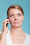 Беседа молодой женщины на мобильном телефоне Стоковая Фотография RF