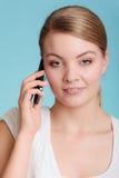 Беседа молодой женщины на мобильном телефоне Стоковые Изображения RF