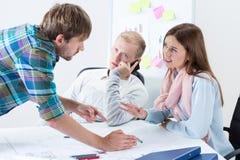 Беседа молодых архитекторов Стоковая Фотография
