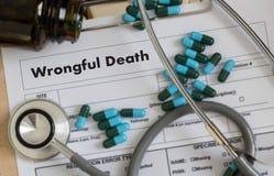 Беседа доктора противоправной смерти и терпеливая медицинская работа на offi стоковое изображение