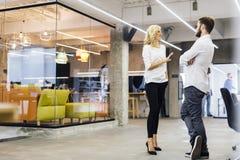 Беседа офиса между сотрудниками Стоковое Изображение RF