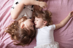 Беседа сестер отпрысков девушек, children& x27; секреты s, объятие, relationsh Стоковые Изображения