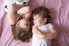 Беседа сестер отпрысков девушек, children& x27; секреты s, объятие, relationsh Стоковая Фотография