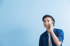 Беседа студента человека на телефоне стоковое изображение rf
