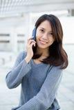 беседа телефона к детенышам женщины Стоковые Фото