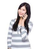 беседа телефона к женщине Стоковое Фото