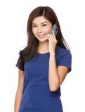 беседа телефона к женщине Стоковая Фотография
